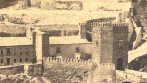Puerta de San Ildefonso en la Plaza de Armas del Puente de Alcántara hacia 1865. Fotografía de Jean Andrieu (detalle)