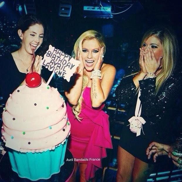 Avril Lavigne comemora aniversário com a irmã Amie e com uma amiga (Foto: Instagram/ Reprodução)