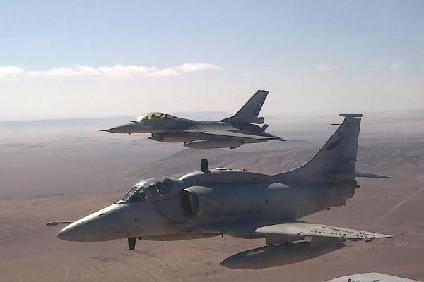 La caza A-4 del formulario FAA con un F-16 FACh