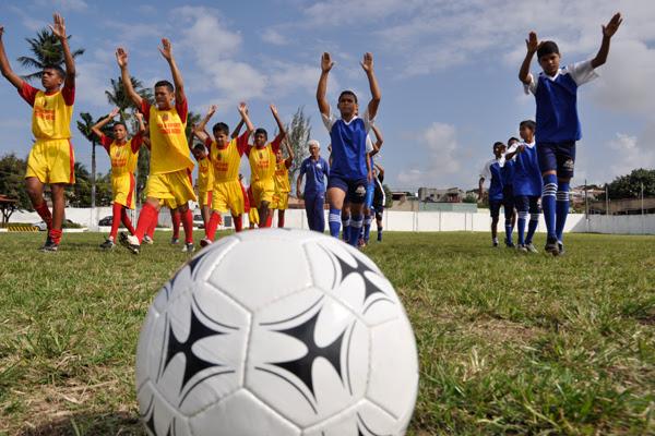 O futebol é uma das atividades prediletas dos alunos, que podem optar por outra modalidade