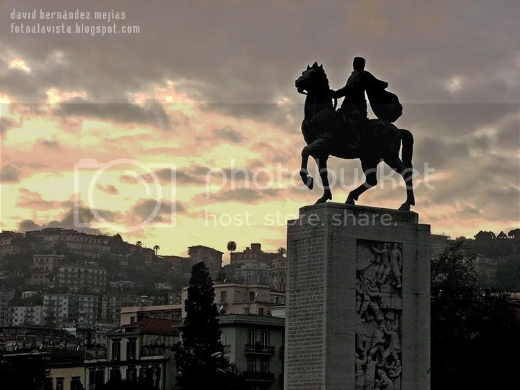 Vista al atardecer de la ciudad de Napoles, Italia, con escultura ecuestre
