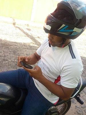 Após dar número do telefone, vítima tirou foto do suspeito na motocicleta (Foto: Reprodução/Inter TV Cabugi)