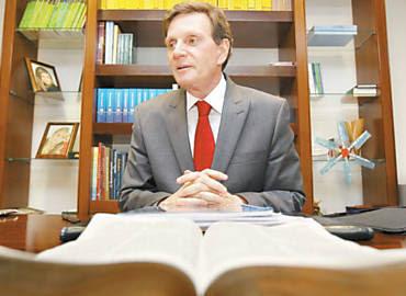 Com a Bíblia a sua frente, Marcelo Crivella dá entrevista em seu gabinete no Senado