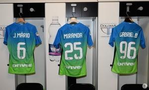 Camisas de João Mário, Miranda e Gabigol no vestiário do Internazionale (Foto: Reprodução de Twitter)