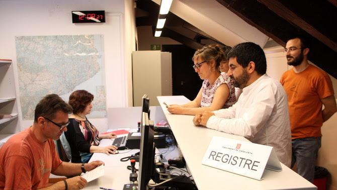 Els diputats de la CUP i JxSí, al registre del Parlament, presentant el projecte de llei que regula l'Agència de Protecció Social (ACN)