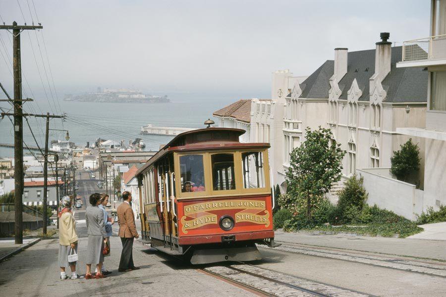 Un teleférico paradas para recoger pasajeros en Hyde Street en San Francisco, 1954.Photograph por J. Baylor Roberts, National Geographic