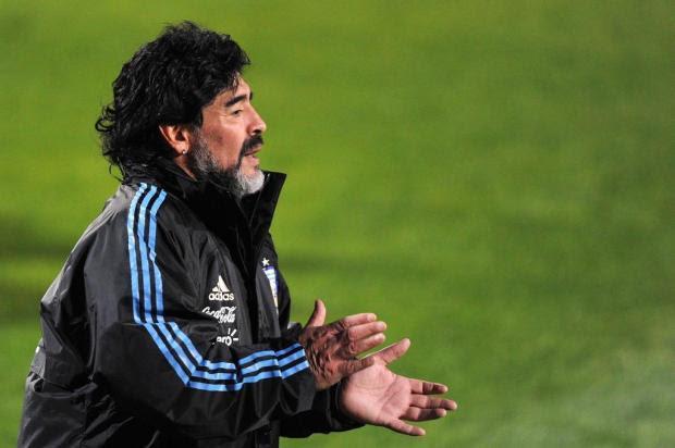 Maradona é convidado para jogar partida com negociadores das Farc PATRICK HERTZOG/AFP