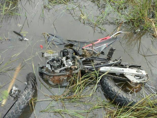 Duas pessoas que estavam na motocicleta morrerram na hora. (Foto: Divulgação/Polícia Militar)