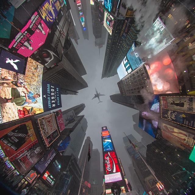 Una foto mirant cap a dalt que agafa tota la plaça i un avió tot en mig