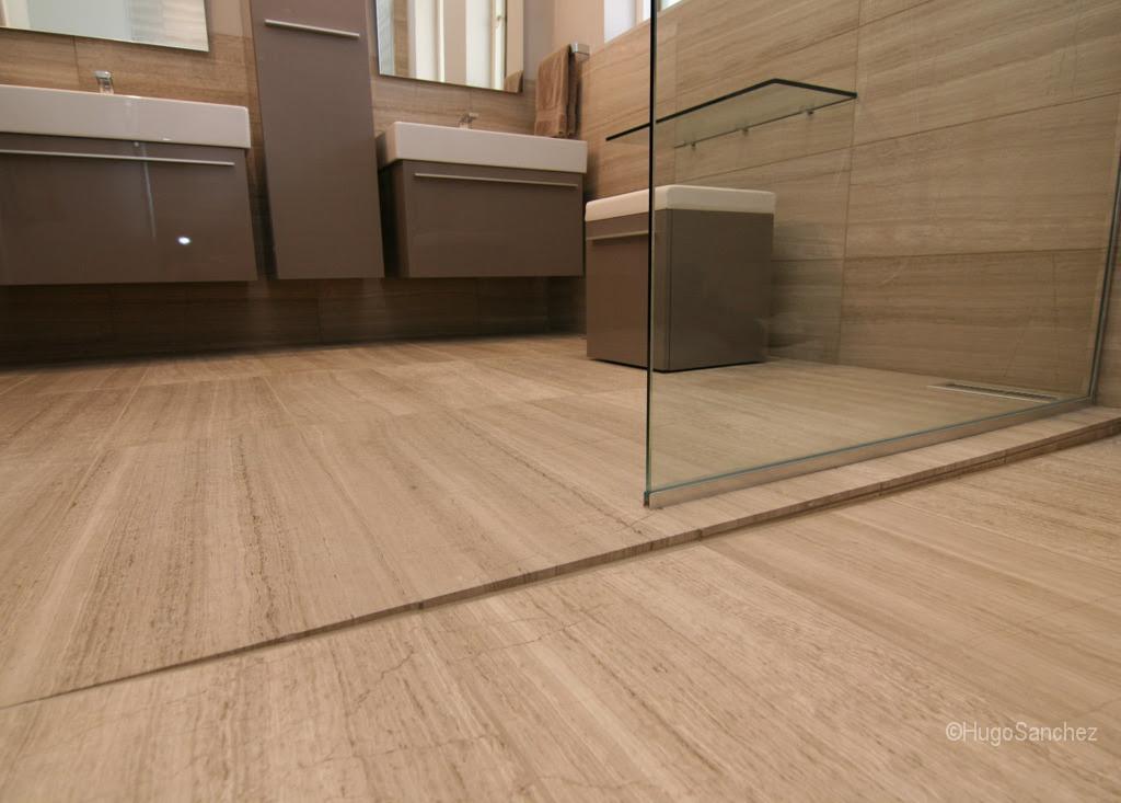 Curbless limestone shower - Céramiques Hugo Sanchez