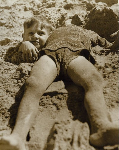 Billy and Graham Green from the Salvation Army Camp practise a little deceit, Collaroy Beach, ca. 1940 / photographer unknown por State Library of New South Wales collection
