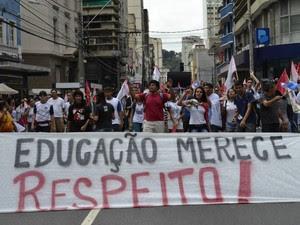Manifestantes pediram respeito à educação durante protesto no ES (Foto: Viviane Machado/ G1 ES)