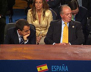 Zapatero y Don Juan Carlos, momentos antes del rifirrafe con Chávez en la cumbre. (Foto: REUTERS) Vea más fotos y vídeos