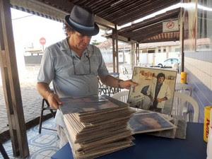 Chico e sua coleção de discos de Roberto Carlos (Foto: Felipe Gibson/G1)
