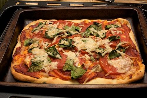 tomato and spinach pizza