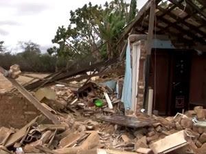 Casa foi demolida quando proprietário prestava depoimento à polícia (Foto: Reprodução/TV Sudoeste)