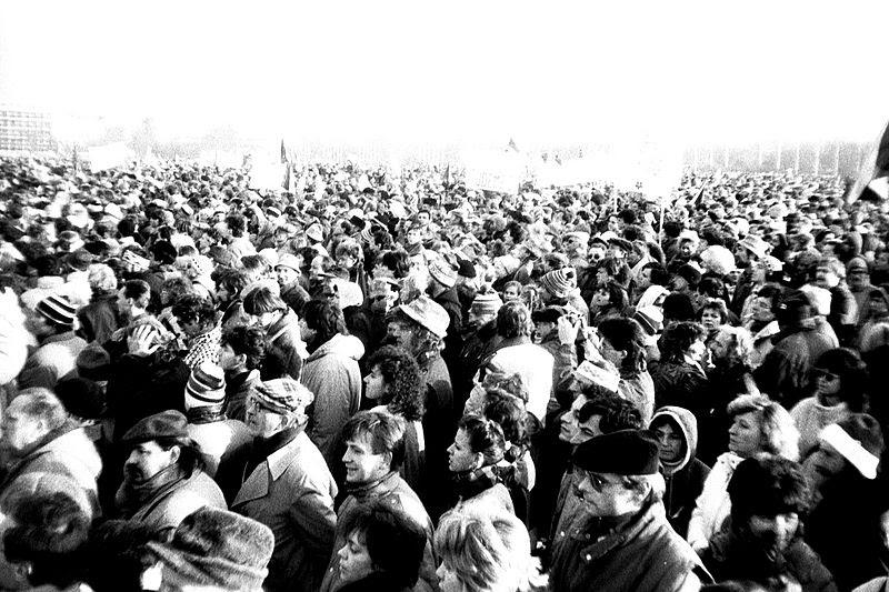 Tập tin:Praha 1989-11-25, Letná, dav (01).jpg