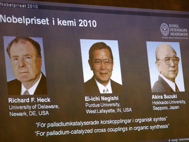 Os três premiados com o Nobel de Química em 2010 são mostrados durante o anúncio no Karolinska Institutet, em Estocolmo.