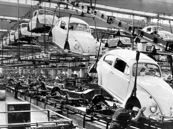 Stabilimento Volkswagen di Wolfsburg nel 1966 (Epa)