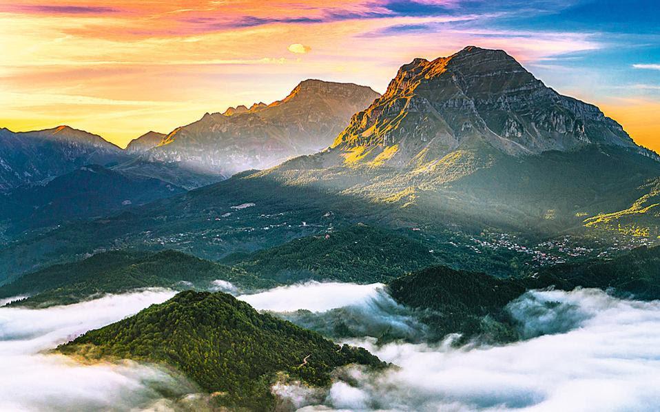 Η περίφημη Στρογγούλα (2.107 μ.) είναι από τις πιο χαρακτηριστικές κορυφές των Τζουμέρκων.(Φωτογραφίες: Περικλής Μεράκος)