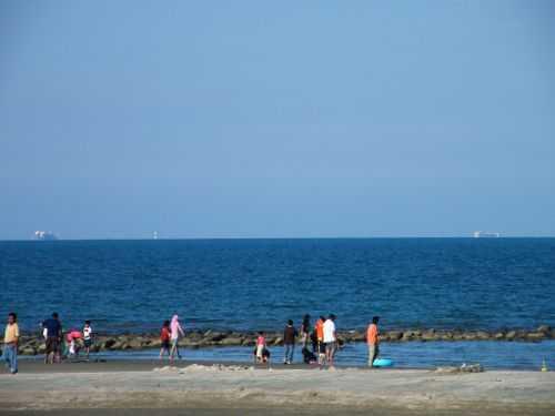 56 gambar pemandangan pantai yang ada orangnya Gratis Terbaru
