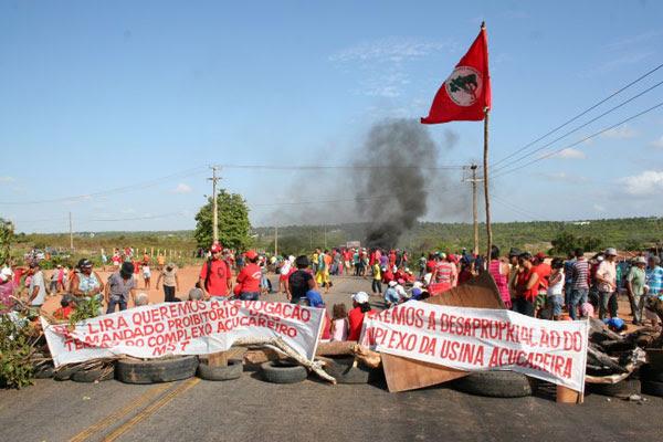 Manifestantes do MST bloquearam a passagem na BR-406, entre Natal e Ceará-Mirim, por volta das 5h de hoje (26)