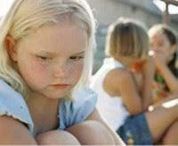 criança isolada e deprimida