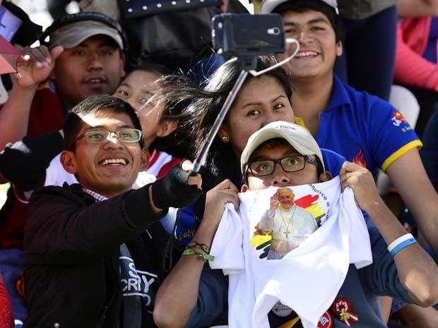 Bolivianos tiram selfie ao esperar pelo Papa Francisco na Plaza Murillo em La Paz (Foto: AP Photo/Freddy Barragan)