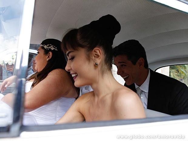 Fabiana, Márcio e Maria se divertem no carro que leva a noiva à igreja (Foto: Amor à Vida/TV Globo)