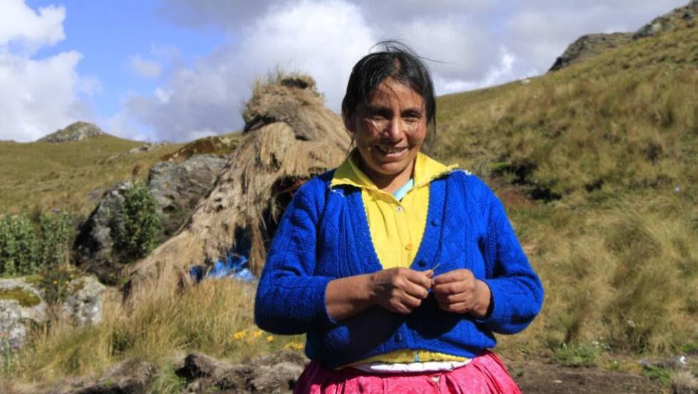 Máxima Acuña, ganadora del Premio Goldman, en la Laguna Azul