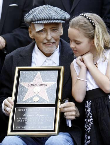 Dennis Hopper e sua filha Galen, durante cerimônia                 em Hollywood nesta sexta-feira (26) (Foto: Mario Anzuoni/Reuters)