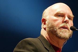 O cientista e pesquisador Craig Venter, que ficou famoso com sua  empresa Celera Genomics, feita para decifrar o genoma humano