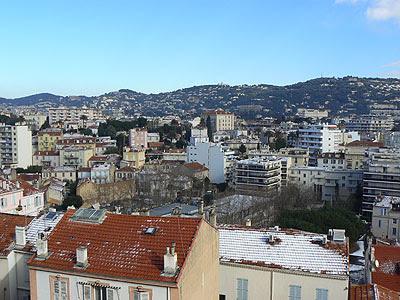 toits enneigés et ciel bleu sur Cannes.jpg