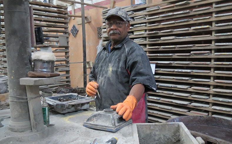 Antônio Gomes Nascimento, 68 anos, começou a fabricar ladrilhos hidráulicos aos 16 anos ainda quando morava na sua cidade natal, Jequié, na Bahia. Está na Dalle Piagge há 53 anos, onde é chamado de mestre