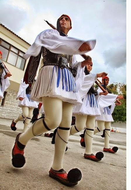 diaforetiko.gr : 1014 Στα άδυτα του στρατοπέδου της Προεδρικής Φρουράς   Όλα όσα δεν γνωρίζατε για τους Εύζωνες (φωτογραφίες  βίντεο)