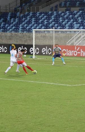 Atacante Geílson chuta para defesa do goleiro Diego (Foto: Olimpio Vasconcelos)