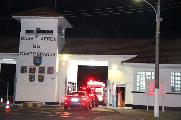 Ambulância de Angelica e Luciano Huck chega a base aérea (Foto:  Fernando Antunes / Campo Grande News.)