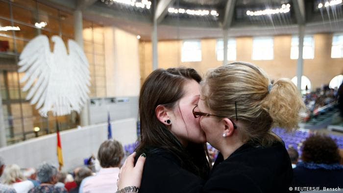 Casal se beija após votação no Bundestag