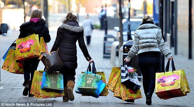 Triunfante: Três senhoras carregam sua casa espólio após o enchimento suas malas durante a sua distribuídos 10 minutos