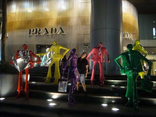 Изкуствени манекени пред магазина на Prada