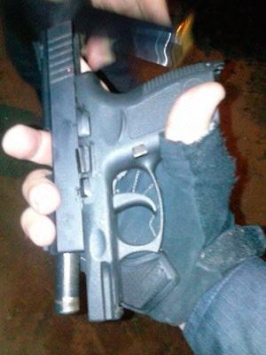 Pistola .40 roubada de policial baleado foi achada com adolescentes apreendidos em Natal (Foto: Felipe Gibson/G1)