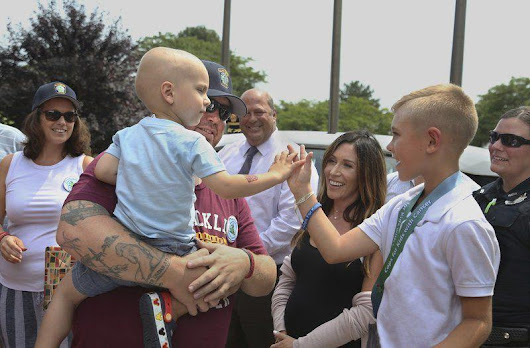 Police roll out red carpet for 2-year-old with cancer