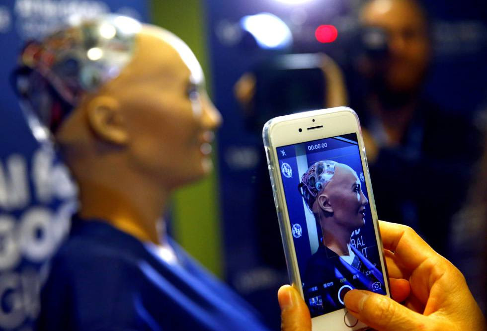 Una persona le hace una foto a Sophia, un robot de Hanson Robotics, presentado esta semana en Ginebra como el último modelo de inteligencia artificial y 'machine learning'.