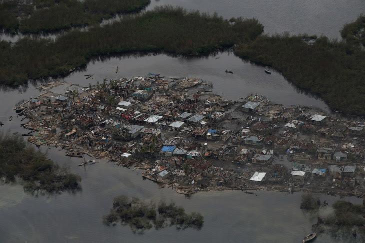 Разрушенный поселок на Гаити