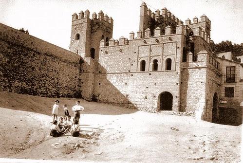 Puerta vieja de Bisagra o de Alfonso VI (Toledo) tras su restauración. Principios del siglo XX