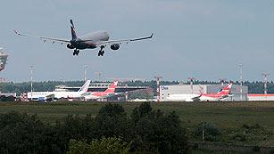 Ver vídeo  'El avión de Snowden aterriza en el aeropuerto de Moscú'