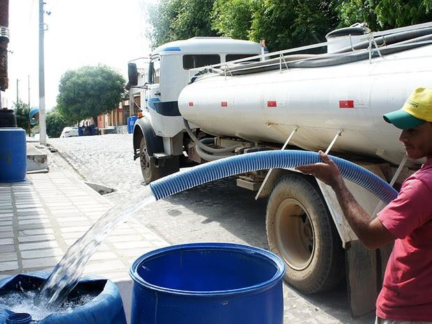 Caminhões-pipa vão de casa em casa levando água para os moradores de Antônio Martins (Foto: Anderson Barbosa/G1)