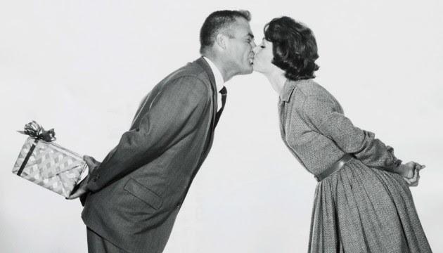 Couple s'embrassant, photo noir et blanc (SIPA).