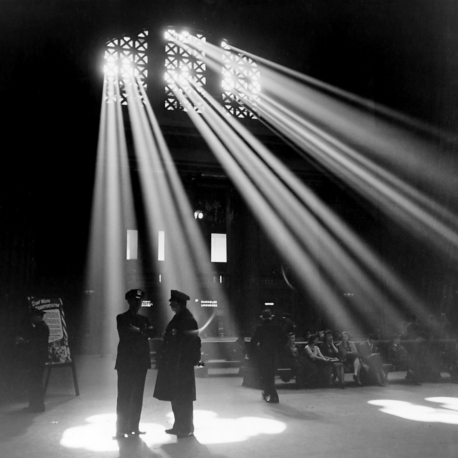 http://upload.wikimedia.org/wikipedia/commons/a/a4/Chicago_Union_Station_1943.jpg