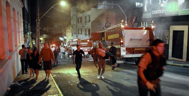 Varias personas huyen del incendio producido en una discoteca en Brasil. | Efe